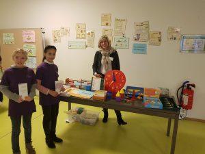 Frau Bergeest präsentiert das Lehr- und Lernmaterial für den Mathematikunterricht. Die Schülerguides stehen ebenfalls für Fragen bereit.