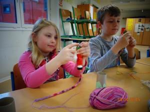 2. Basteln mit Wollbändern aus der Strickliesel Mit einer Strickliesel und Wolle entstehen beliebig lange Wollbänder. Mit diesen Röhren können wir Freundschaftsbänder herstellen oder Stifteköcher und vieles mehr basteln.