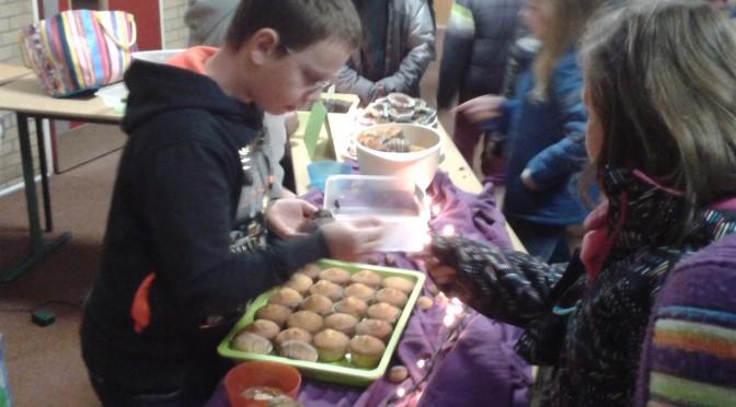 Kinder der Grundschule Marienthal verkaufen Kuchen