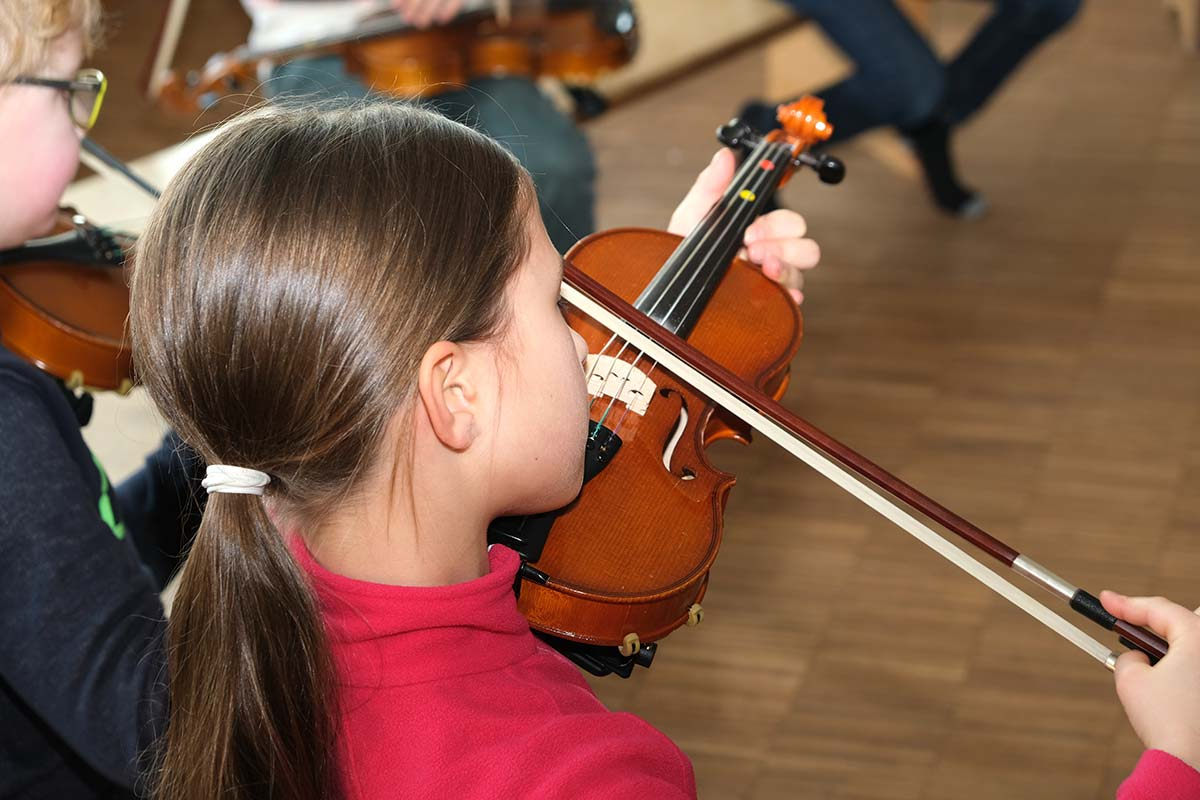 Grundschülerin spielt Geige