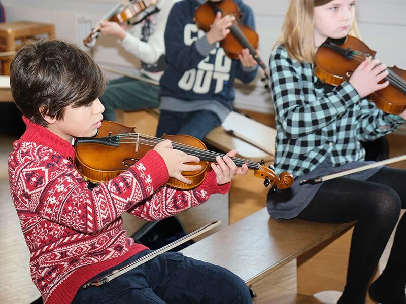 Kinder mit Geige