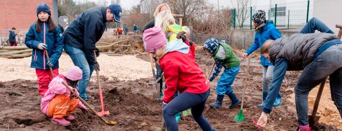 Gemeinsam beackern, pflegen und beernten SchülerInnen, Eltern und Lehrkräfte das Wilde Land