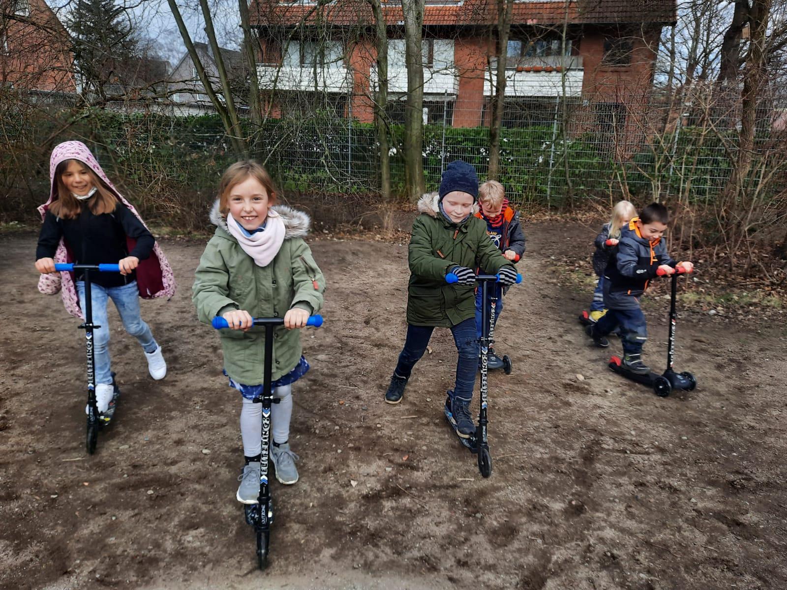 Kinder mit den Rollern